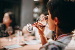zena popijajuca vino